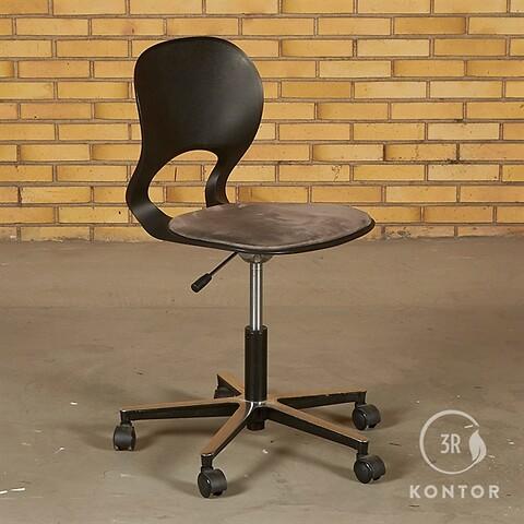Ergomade kontorstol. sort plastic, gråt polstret sæde