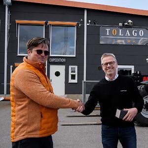Tony Winder tar emot en gåva som följer med den unika maskinen som såldes av Lasse Lans på Scantruck AB. Maskinen har nr 23 av totalt 133 tillverkade och är den enda som hamnade i Sverige.