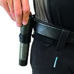 Det praktiske clip-on-hylster giver nem adgang til lommelygten i arbejdsbæltet.