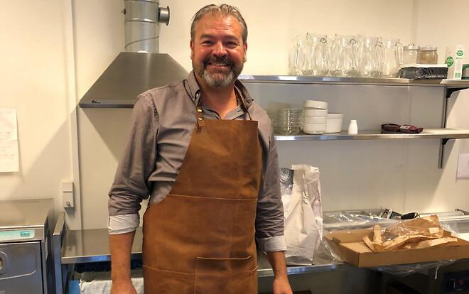 Søren i køkkenet – forbereder brunch til sine kollegaer.