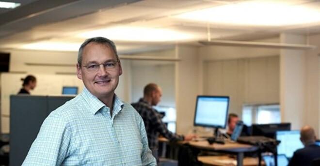 Direktør Claus Nyboe med nogle af medarbejderne i Auto IT i baggrunden.