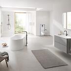 De bløde kanter på den ovale Essence håndvask, det fritstående Essence badekar og Essence vandhaner bidrager til et komplet og elegant udtryk på badeværelset.