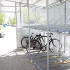 Der er god plads til cyklerne, som parkeres i to etager.