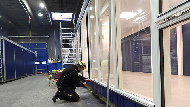Begge kunder i Skovlunde har som ønsket fået specielle vinduesfacader, som produktionstekniker Jesper Andersen her er i gang med at montere.