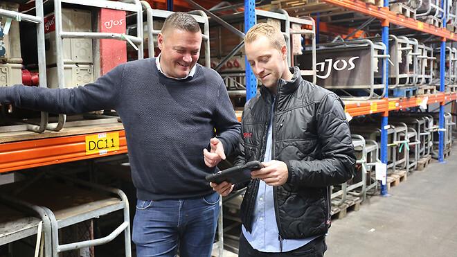 Sektionsleder for Midlertidig Installationer, Jan Frandsen (tv.), og el-installatør Ronnie Lindfoss, gennemgår dele af KLS-systemet på en iPad.