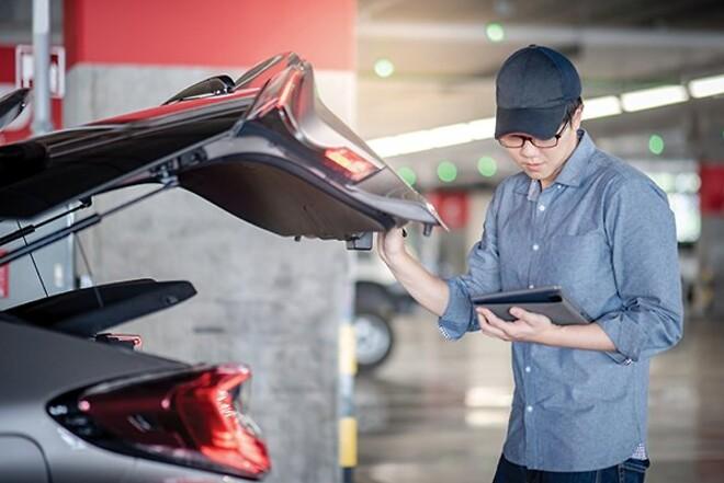 Mekaniker kontrollerar gasfjädern hos bilverkstaden