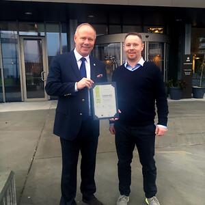 GROHEs seniorprojekt salgschef, Henning, overrækker diplom til Alsik Hotels Operations Manager Michael Kurth