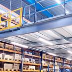 Mezzanin udnytter lofthøjden og giver plads til pakkeområde under og opbevaring ovenpå