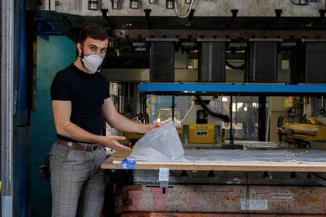 Hos AP&T i Ulricehamn klipps stora volymer skyddsförkläden i plast ämnade för vårdpersonal. Hassan Kanaan är produktionstekniker och ansvarig för projektet.