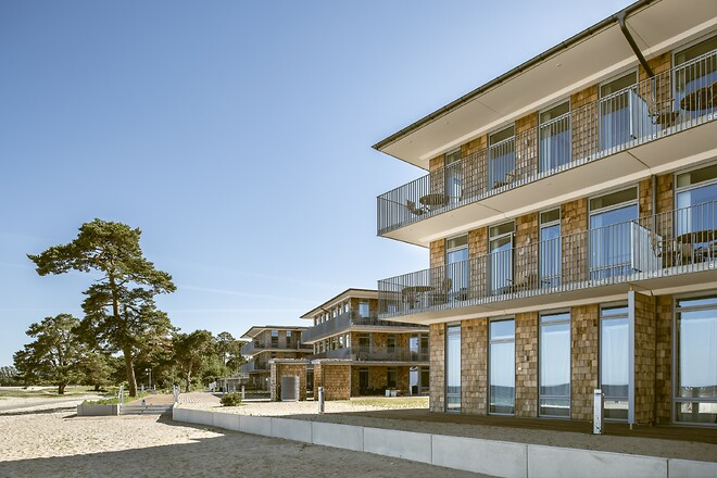 Fönsterlösningar från VELFAC maximerar ljusinsläppet och erbjuder vacker utsikt över både hav och strand vid det nybyggda bostadsområdet Åhus Brygga.