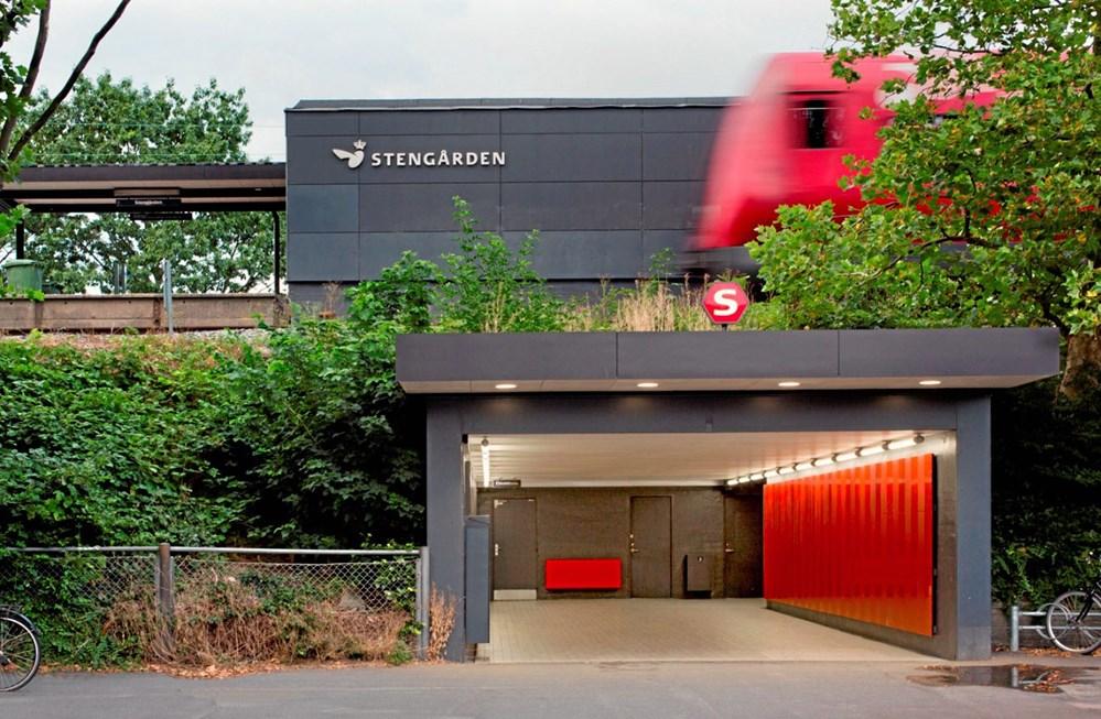 440449f1dd1 For at bygge bro mellem det traditionelle og moderne DSB har Gottlieb  Paludan Architects valgt røde interiørplader i to glansgrader, som er  slagfaste og ...