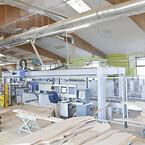 CNC maskine med fuldautomatisk materielforsyning og leveringssystem