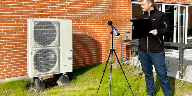 Støjspecialist fra DMRs afdeling for støj & bygningsakustik foretager målinger