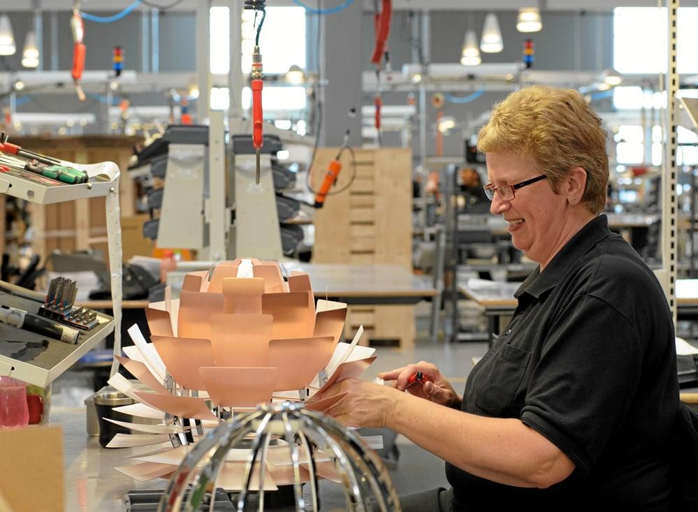 Hænder skaber arkitekttegnede lamper Jern & Maskinindustrien