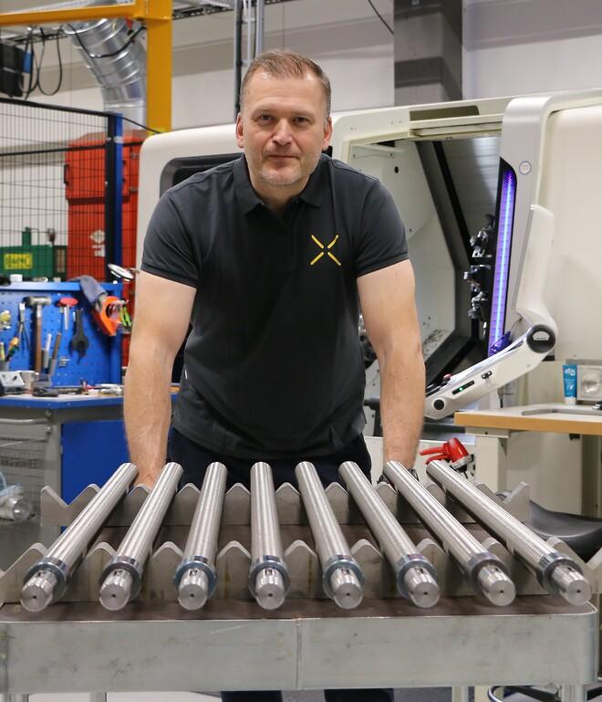 Peter Göransson med lite specialanpassade  kulskruvar.