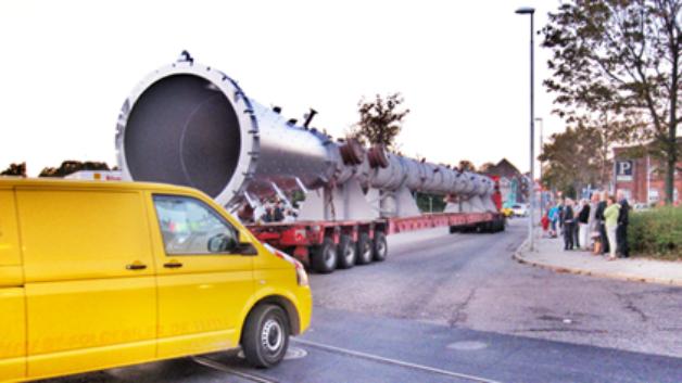 To transportere var lastet med flere ton, da en destillationskolonne og en cirkulationstank blev fragtet på hjul gennem Fredericia midtby. Startlinjen var på Fredericia Havn, målet var Dong Energy's råolieterminal lige uden for byen.