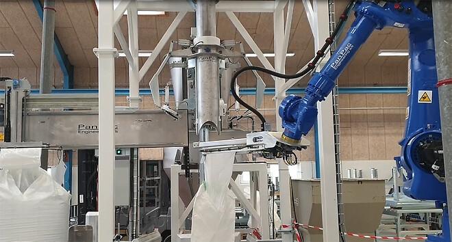 Robot placing a bigbag on the filling tube