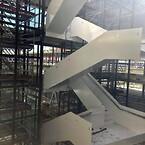Sicksackformade ståltrappor.