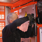 Montør Mikael Rude Vagner installerer nødtelefon i hejsen.