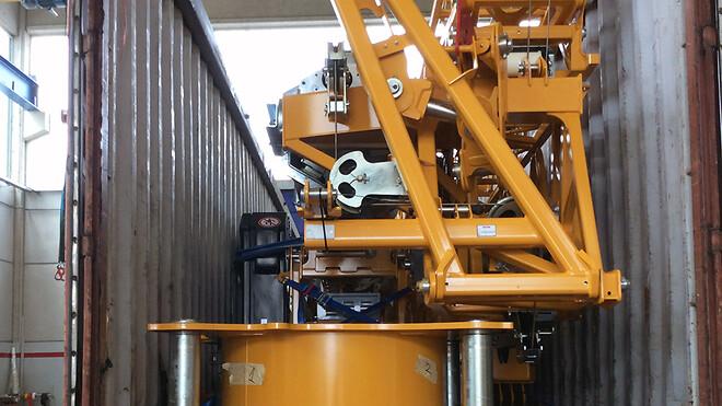 Kranen blev pakket i en container direkte fra fabrikken i Italien, kørt til Aalborg og udskibet til sin grønlandske destination.