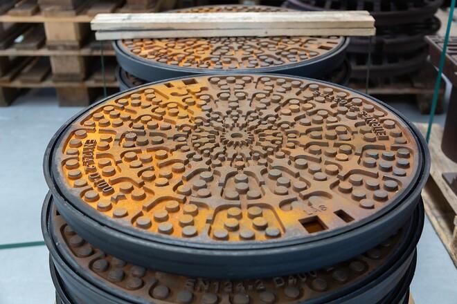 Randers Jernstøberi er specialiseret i salg af brøndgods til kørebaner, rendestene, spulebrønde, vandforsyning og fjernvarme.