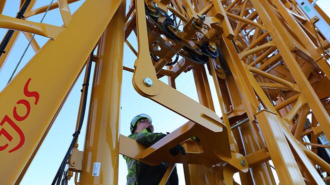 Servicemontør Kenneth Lynge Nielsen med fuld fokus på alle detaljer under opsætning af en ny IGO 130.