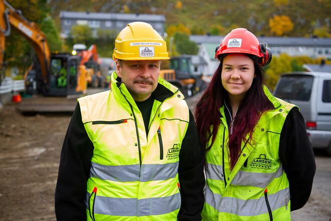 Far och dotter i samma anläggningsfirma. Pappa Svend Ingvar Hoel Larsen är mäkta stolt över att dottern Charlotte Mauseth funnit lyckan i anläggningsbranschen.