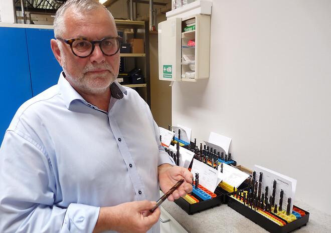 Værktøjsspecialist Lars Bommersholdt ved Junget A/S fremviser her et værktøj med belægning