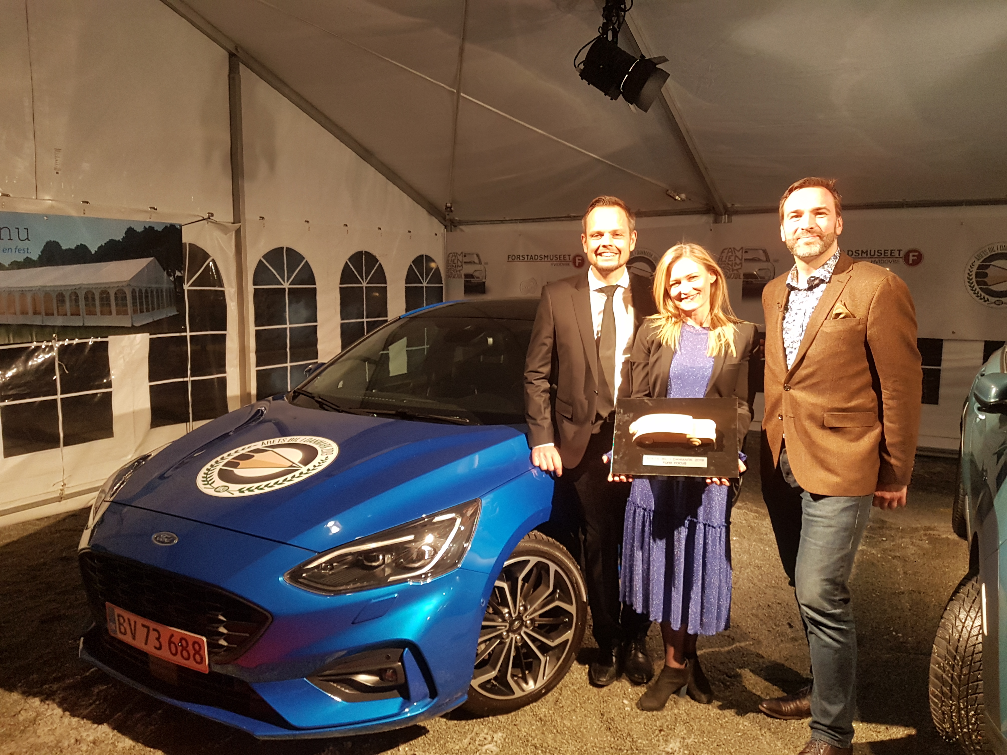511192fd50a Ford Focus er Årets Bil 2019. Her ses Fords danske MD, Janne Kämäräinen,  Pressechef Lene Dahlquist og Danske Motorjournalister formand, Karsten  Lemche.
