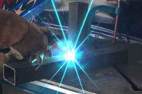 På Værkstedet tilbyder vi også afkortning på automatsav med bundtloader, fra ø10 mm til ø80 mm ,