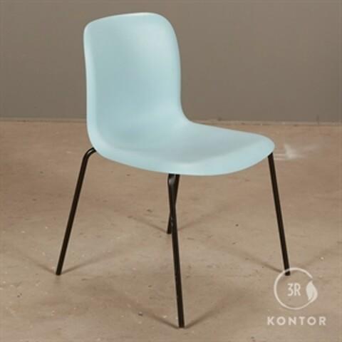 Howe sixe konferencestol i blå plast og sorte ben.