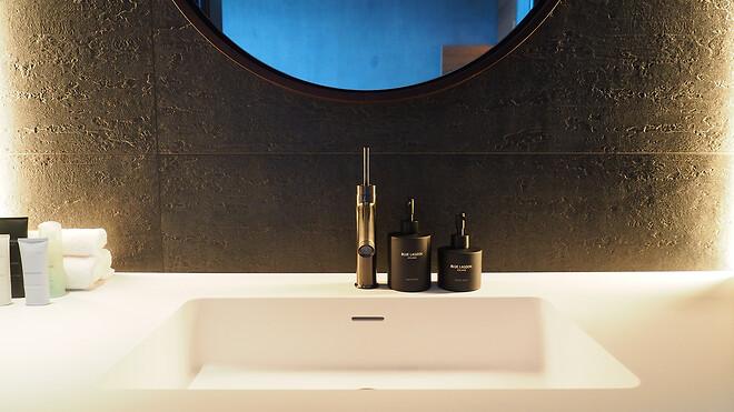 AXOR Starck armatur i børstet sort krom ved håndvasken.