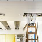 Snævre krybber og begrænset arbejdstid: Skou Gruppens ombygning af centralkøkkenet på Herlev Hospital kræver samarbejde og stram koordinering.