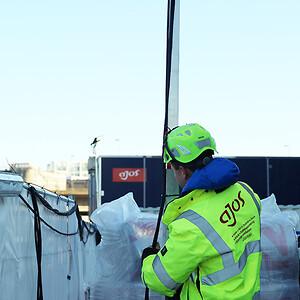 Leder af værksted og logistik Hvidovre, Mads Christian Petersen inspicerer lysopsætningen på en byggeplads på Carsten Niebuhrs Gade i København.
