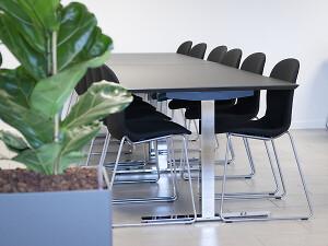 Kantineindretning og kontorindretning, med kantineborde og kantinestole