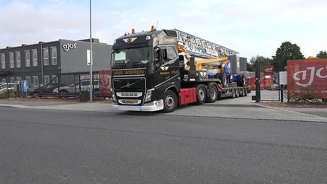 Her forlader kranen Ajos domicil i Køge for at blive transporteret til kunden DanLifte DK ApS.
