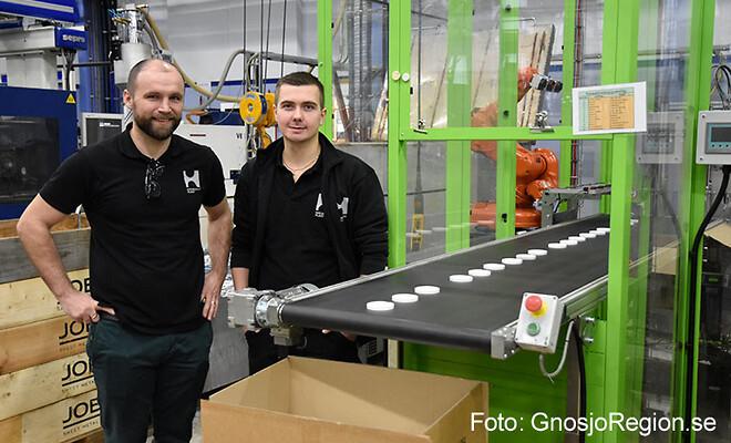 Nästa generation. Fabrikschef Alain Fazakas (tv) och produktionschef Filip Holmgren har gått in som delägare i Holmgrens Plast.