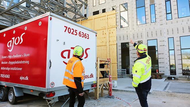 Ajos a/s har forlænget samarbejdet med Hvidovre Hospital. Her er Ajos driftschef Flemming Madsen (tv.) og byggeleder Sune Waage Hansen på rundering ved byggeriet af Nyt Hospital Hvidovre.