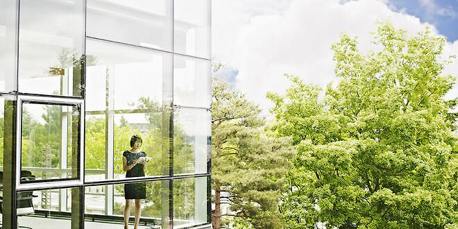 Moderne kontorbygning og træer