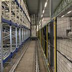 Pallarna placeras på rätt plats i rullstället med hjälp av en helautomatisk pallkran.