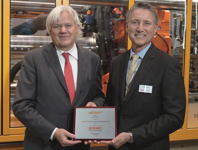 John Galt (til højre), præsident og CEO i Husky Injection Molding Systems, overrækker prisen EMEA Supplier Award til Hans Beckhoff, administrerende direktør og ejer af Beckhoff Automation.