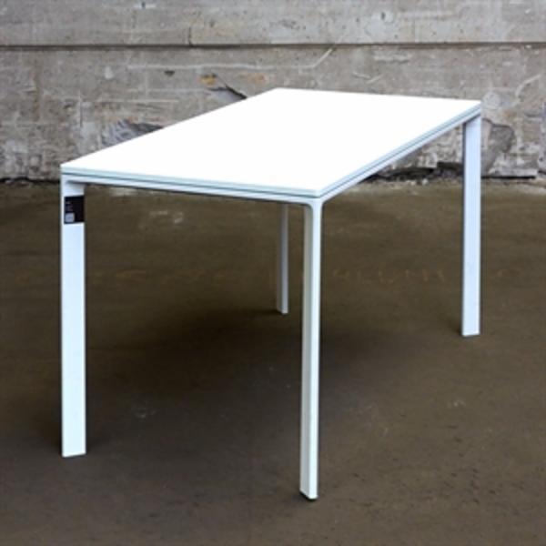 Konferencebord. Hvid laminat plade med hvidt stel.
