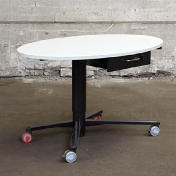 Mødebord. Hvid med manuelt hæve sænk med skuffe og på hjul.