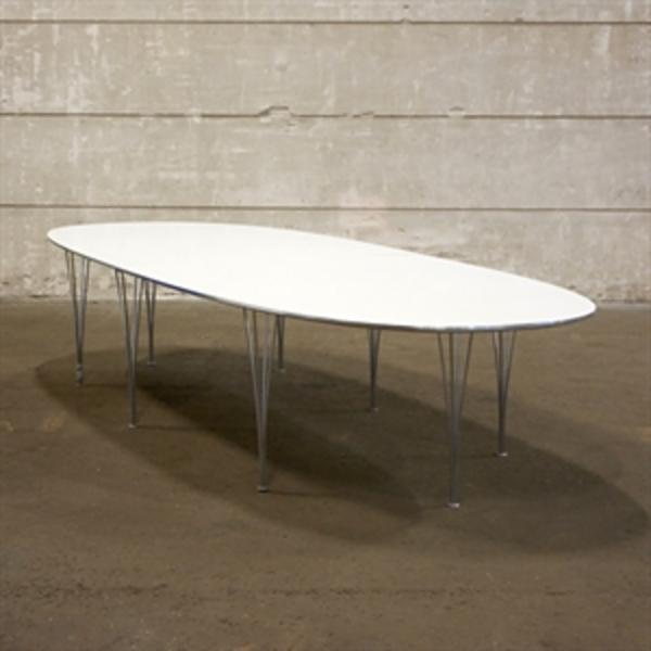 Konferencebord. Fritz Hansen, Piet Hein. Superellipse. Hvid plade med kant og ben i krom.