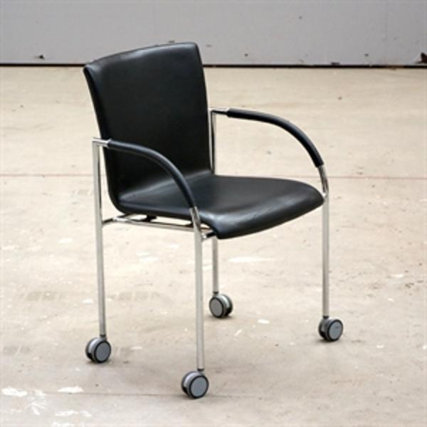 Konferencestol. Rumas Monza i sort læder med armlæn på krom stel med hjul.