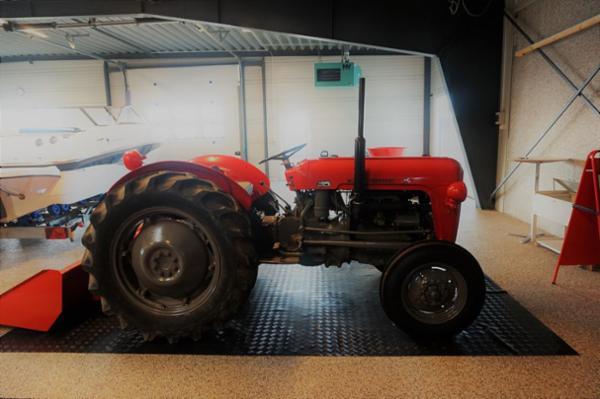 1064 Traktor og reservedele sælges via Campen Auktioner