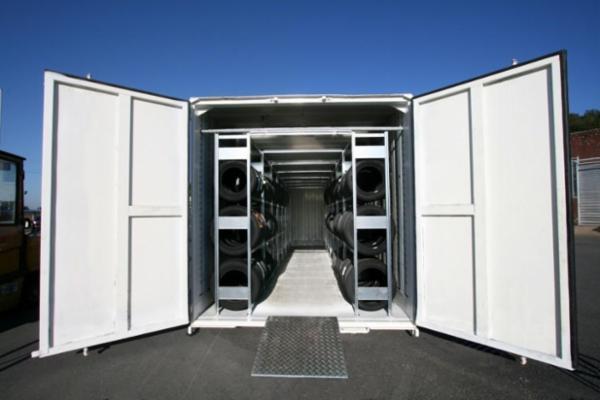 Opbevaring af dæk og fælge i container med stålreoler.