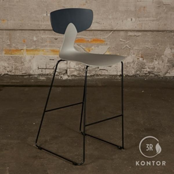 Labofa Shark barstol. Grå plastic, sort ryg og stel.