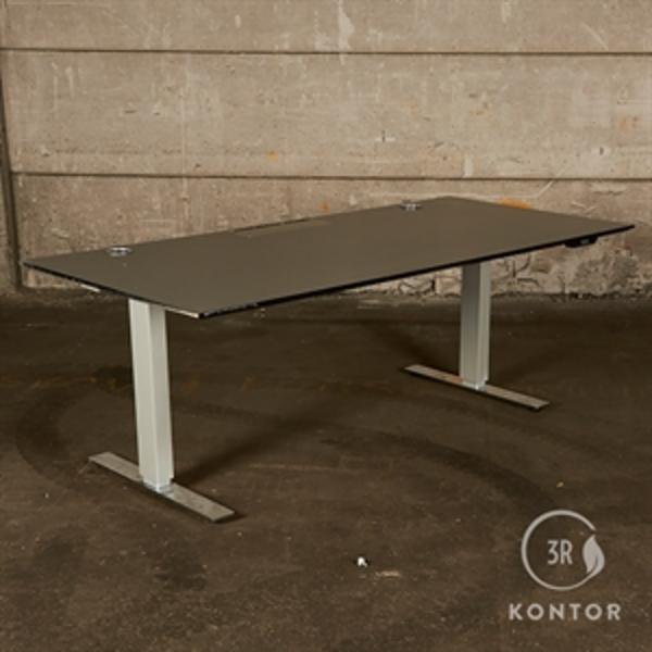 Hæve sænkebord. Grå top med sort kant. gråt ben med krom fod. 190x90