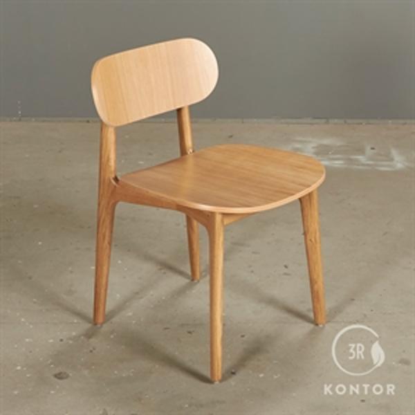 Modus chair i eg og massive egeben.